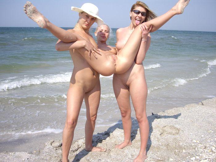 Голые нудистки, обнаженные девушки на пляже, семьи ...