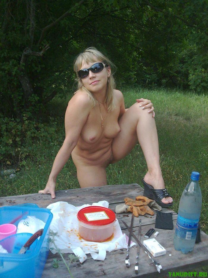 Голые нудисты отдыхают на природе