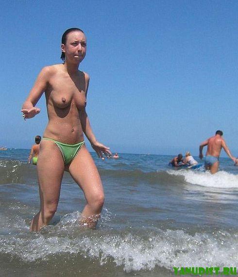 Голые девки на пляже