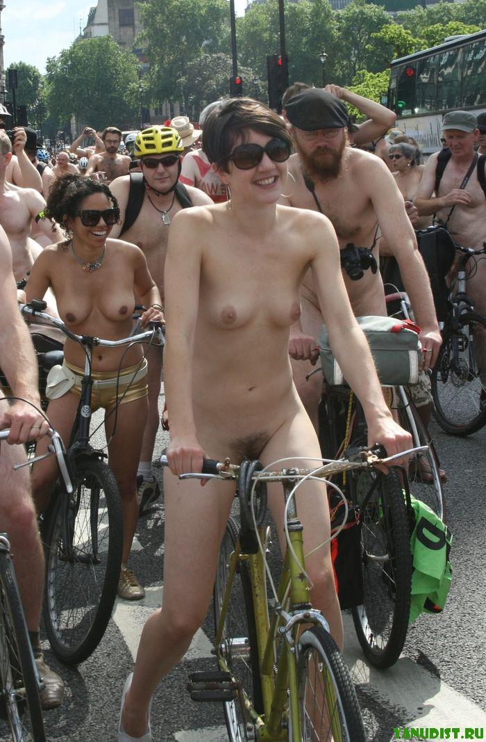 Демонстрация обнаженных на велосипедах и даже бабушки нудистки