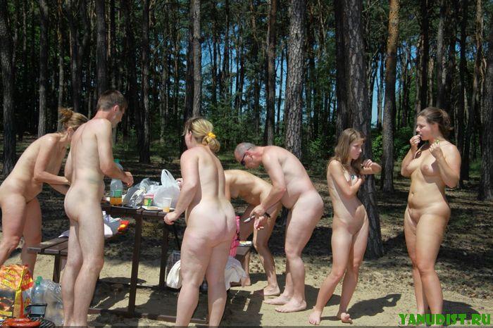 Нудистки в лесу на вылазке