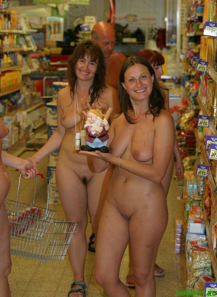 нудисты в магазине