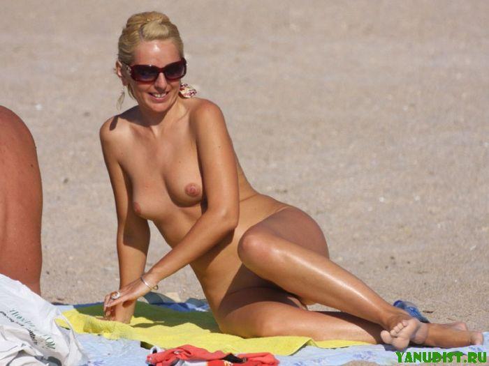 Фото девушек на пляже нудистов с ленточками натуризма