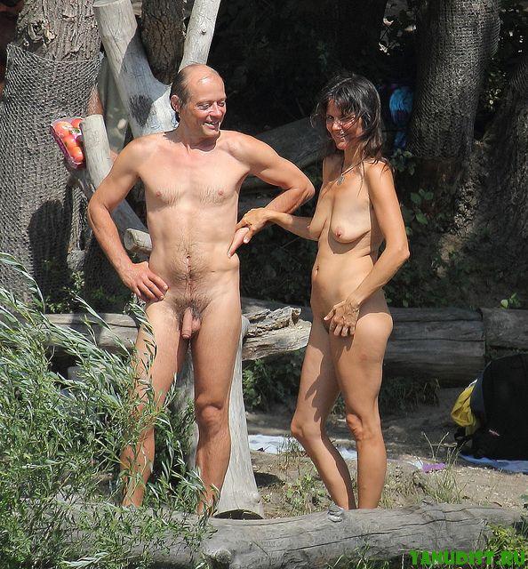 Бабы подсматривают за голыми мужиками