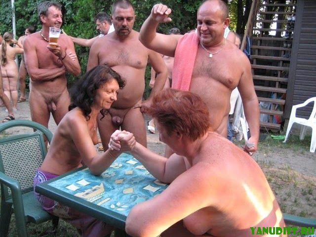 Обнаженные жинщины и мужчины в смешном ракурсе