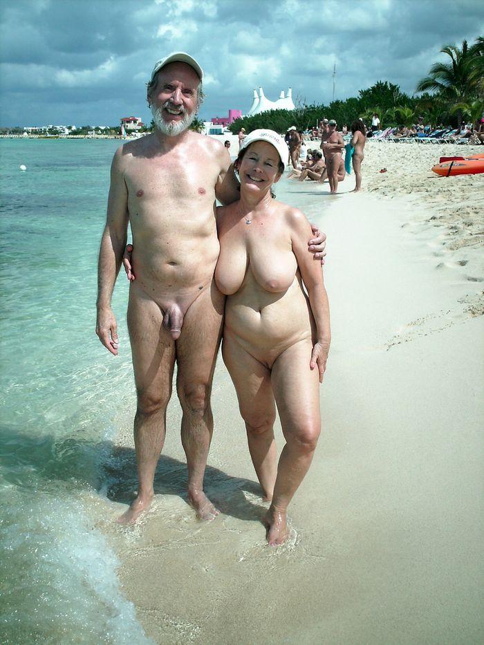 голие мужики и женшини в море