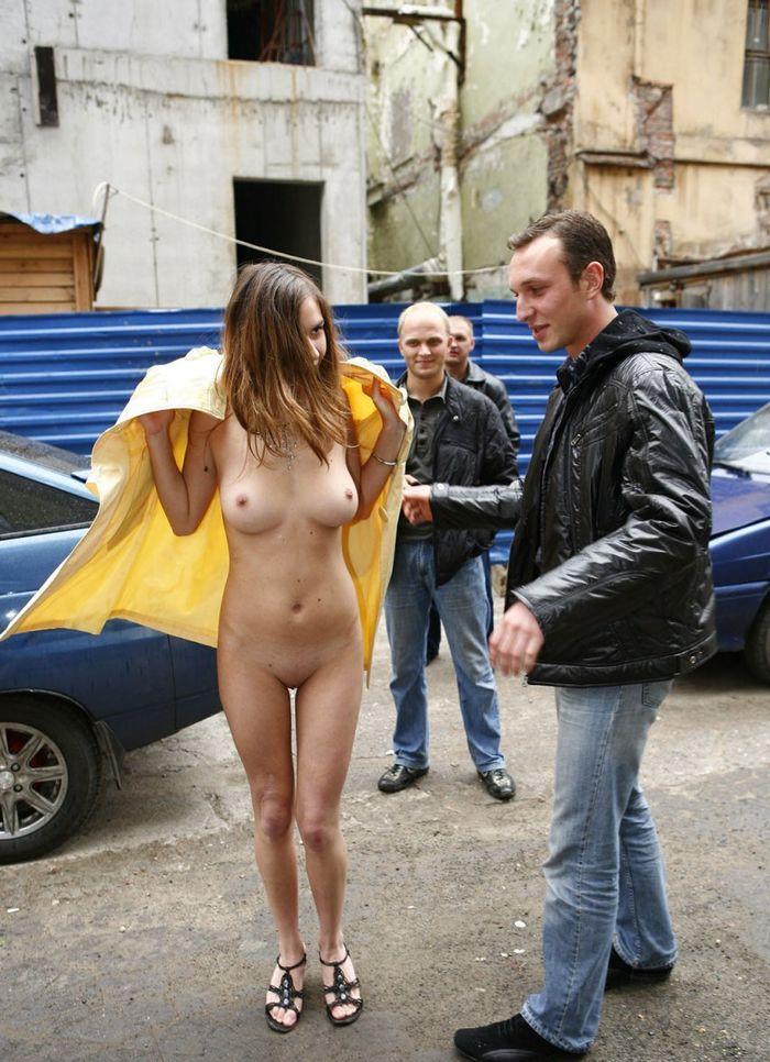 Девочек так и тянет приобщиться к нудизму посреди улицы