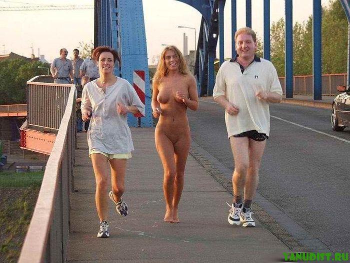Нудисты гуляют по городу фото 733-292
