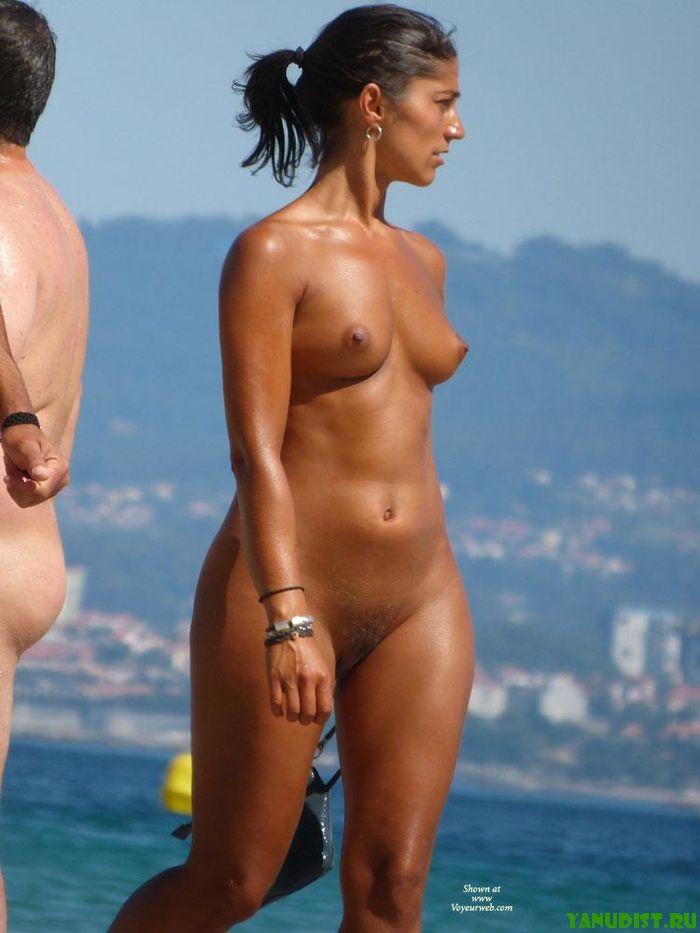 Пляж с голыми загорелыми девочка