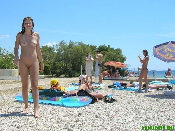 Юные нудистки под солнцем