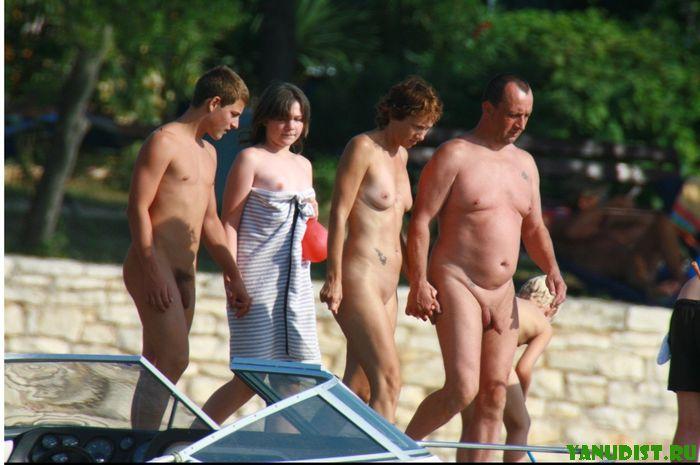 Голые парни на пляже радуются жизни