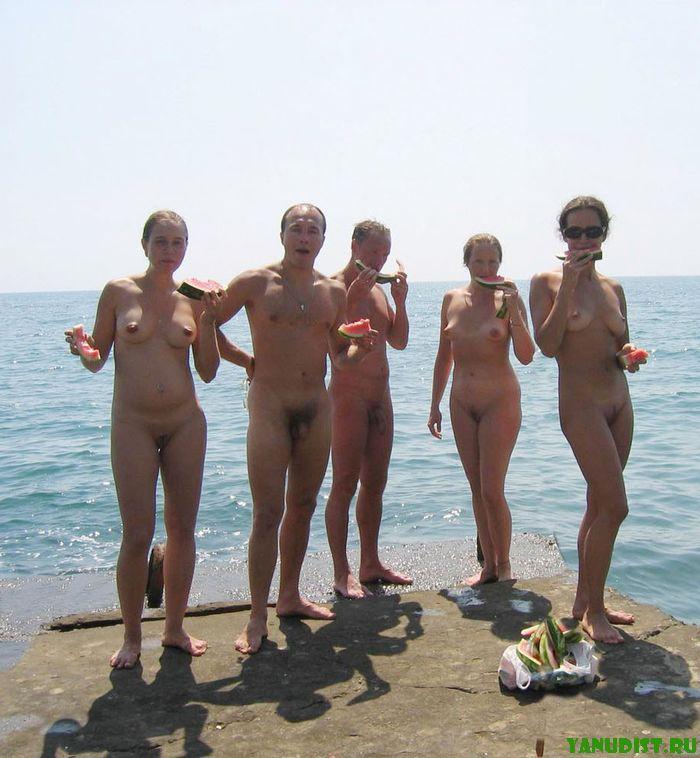 Откровенное фото нудистов и что запрещено на голых пляжах за границей