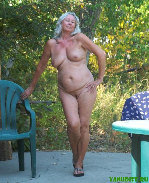 golie-starie-na-plyazhe