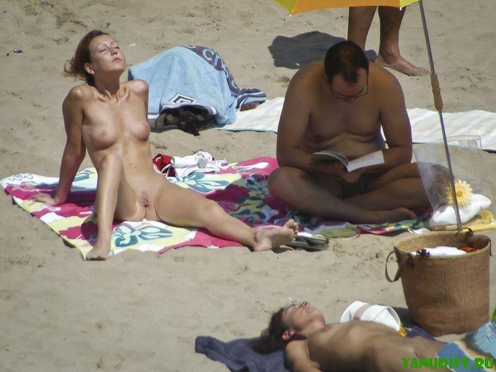 Голые девушки на пляже вместе со своими пассиями