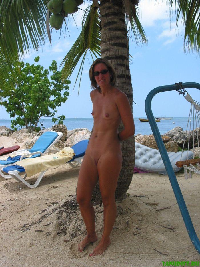 Женщины натуристки бродят без одежды с приходом жаркого лета