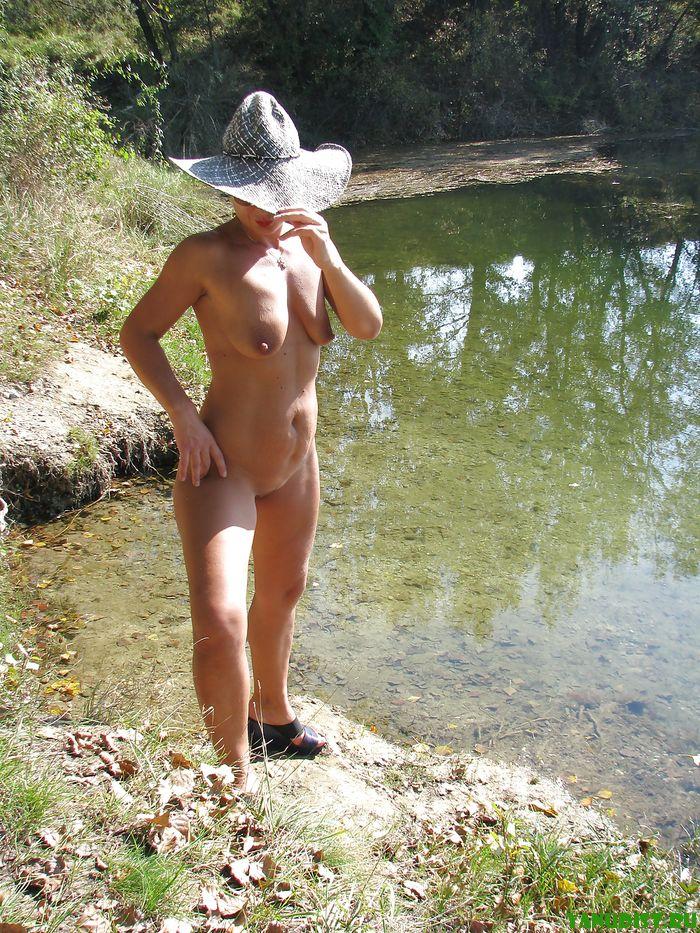 Молодые нудисточки шастают голышом у речки