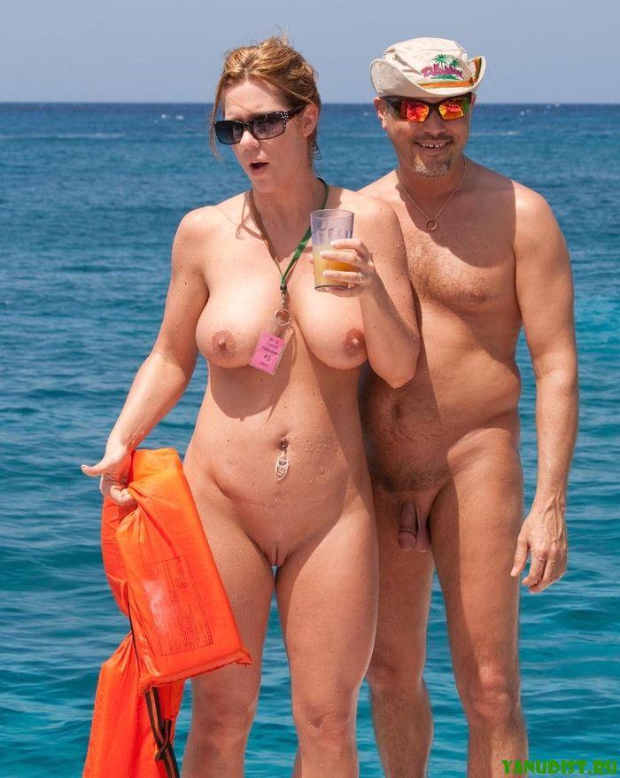 Влюбленные пары натуристов снова вместе на нудистских пляжах