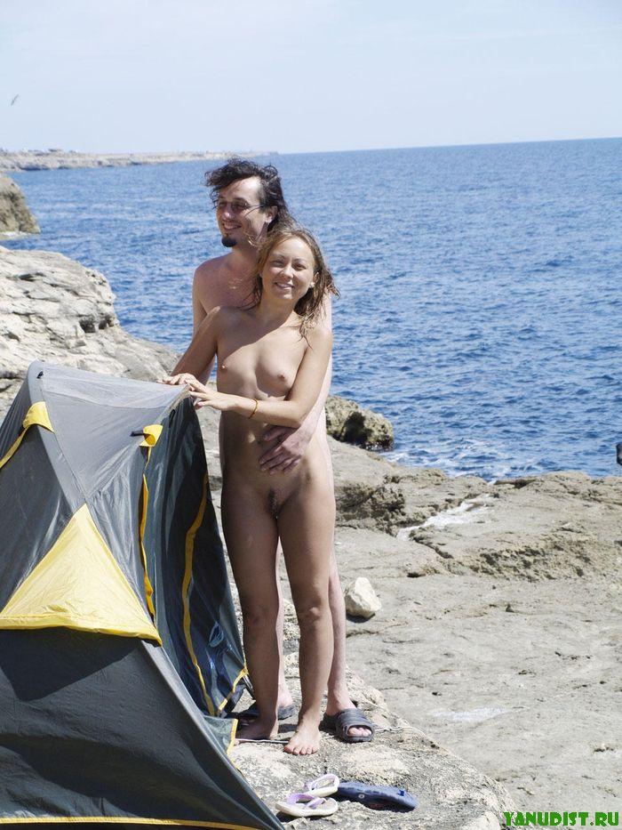 Молодые парочки зажигают голышом на пляже