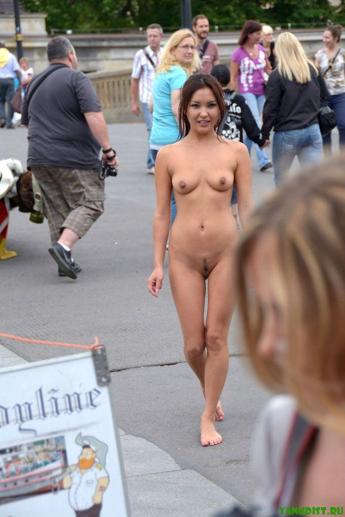 Фото нудисточек, разгуливающих по улицам города