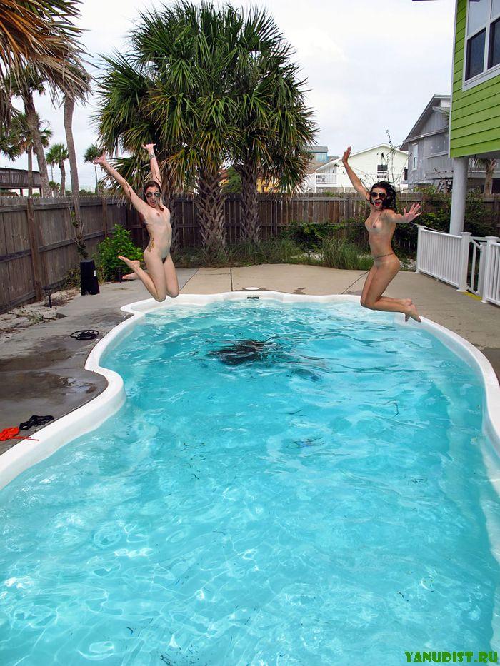 Девушки нудистки сегодня развлекаются в бассейне