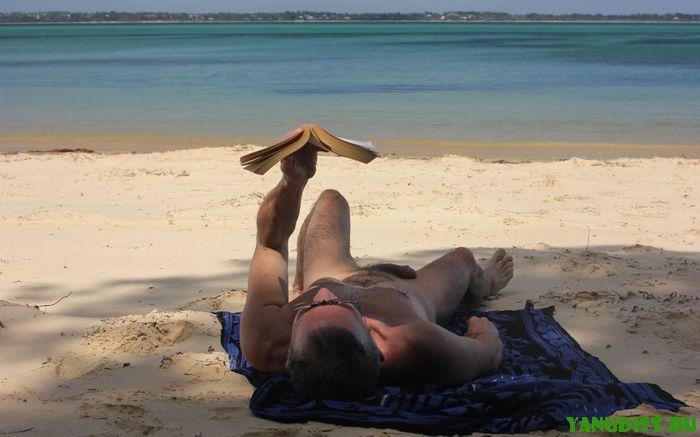 Мужчины нудисты тоже наслаждаются отдыхом