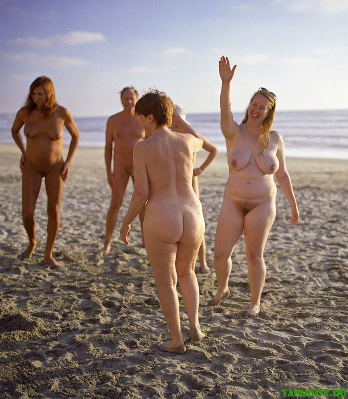 Пожилые нудистки предпочитают голый пляжный отдых