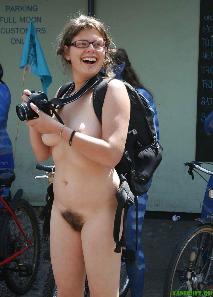 Молодая и привлекательная голая гуляет по улице