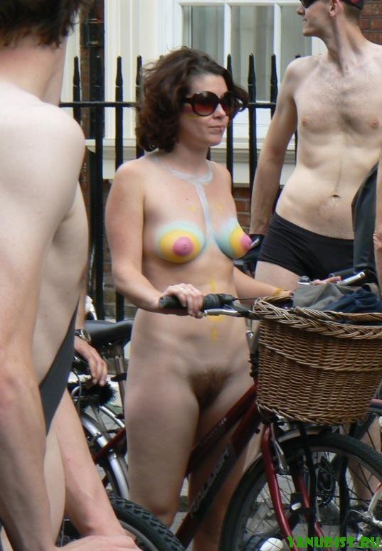 Фото обнаженных женщин на улицах города