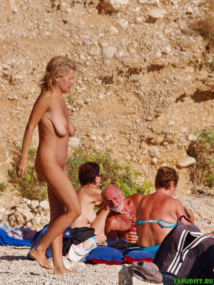 Зрелые на диком пляже наслаждаются отдыхом