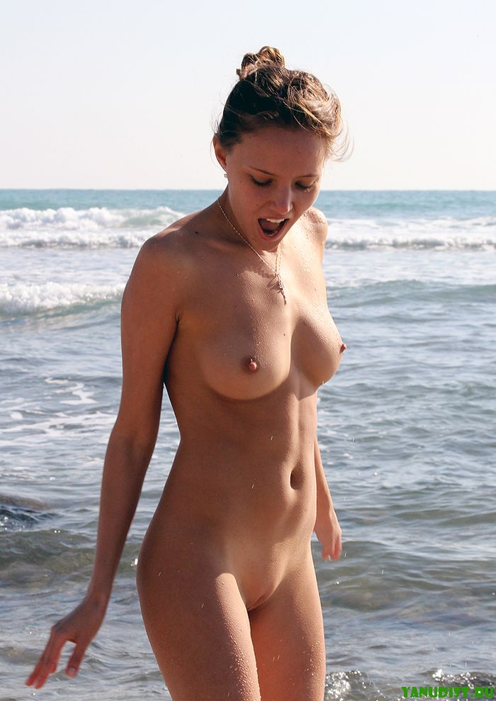 видео голые на пляжах зажигают телки