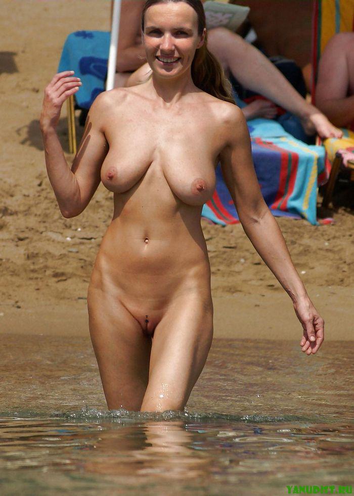 Приобретая равномерный бронзовый загар на нудистском пляже