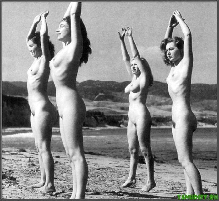 Голые тетки на пляже черно белое ретро фото