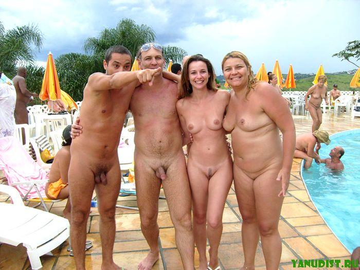 голые в общем бассейне