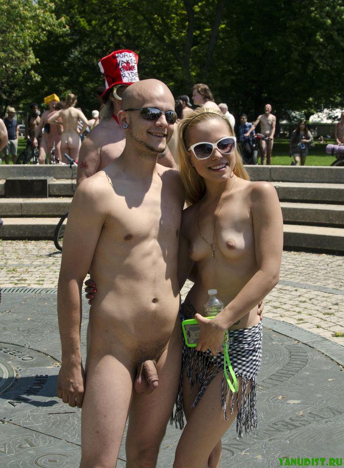 Освобождаем свои тела от одежды и наслаждаемся солнечным прикосновениям