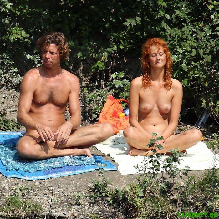 Молодые без одежды не изменяют традиционному отдыху