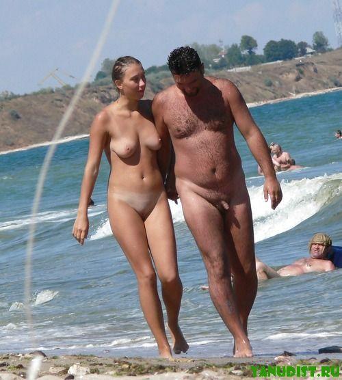 Отдых парами на нудистском пляже просто замечательный
