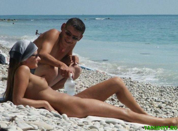 Парни подкатуют к голым красивым девчонкам на пляже