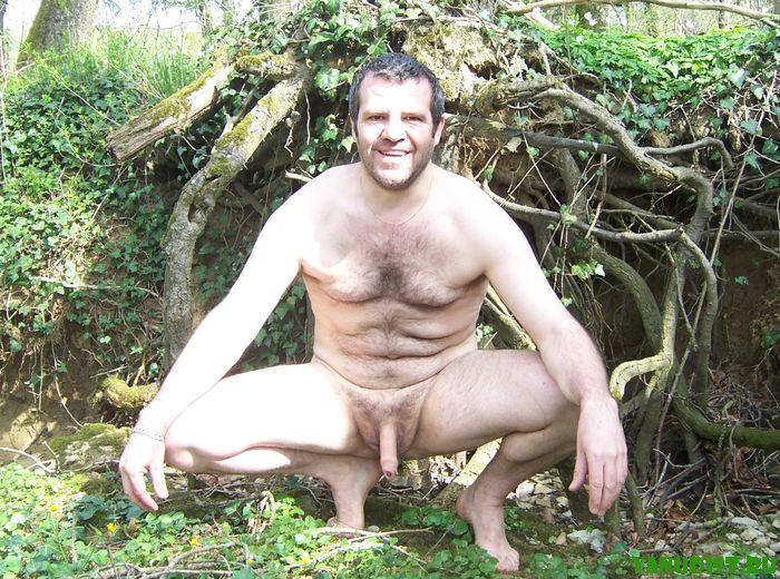 Красавцы мужчины без одежды довольствуются отдыхом