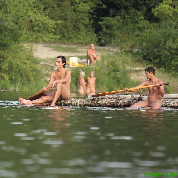 Нудисты на природе оголили свои тела