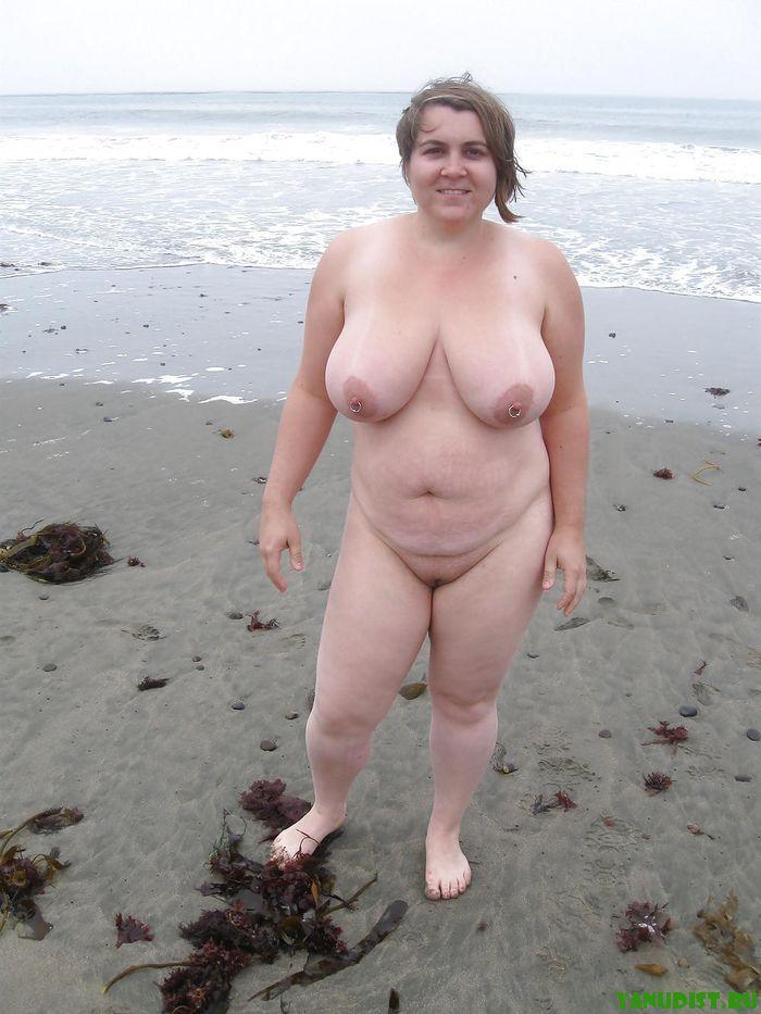 Толстушка голышом на пляже