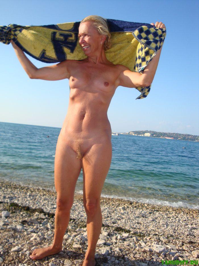 Зрелые нудисты не изменяют своему летнему отдыху