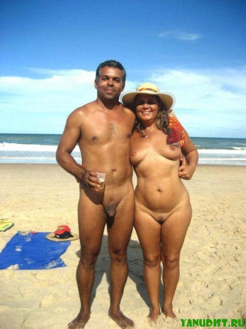 Нудисты со своими пассиями снова на пляже наслаждаются отдыхом