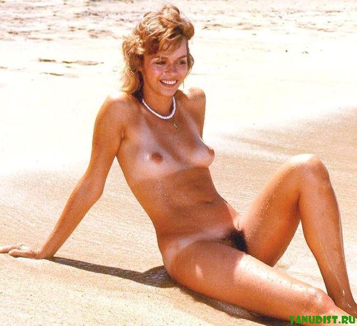 Молодые девушки на пляже во всей красе