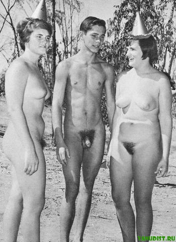Отборное черно белое фото ретро нудистов