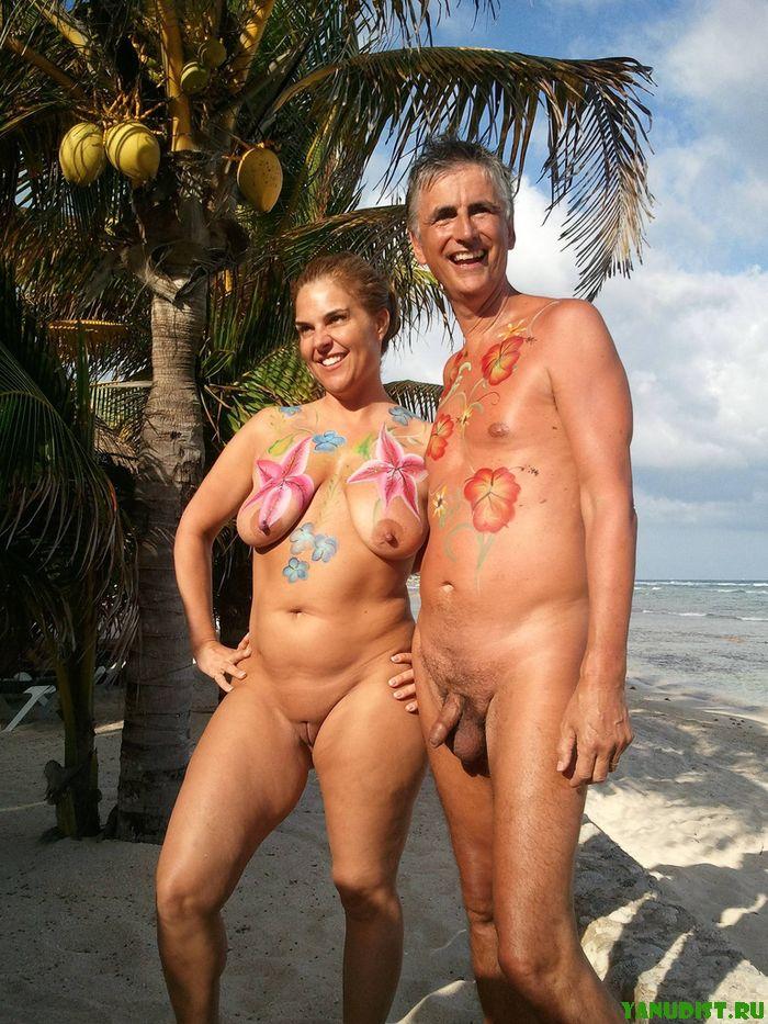 Нудисты со своими барышнями снова на пляже