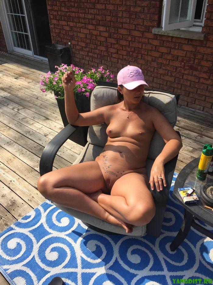 Натуристки наслаждаются солнечным летним деньком