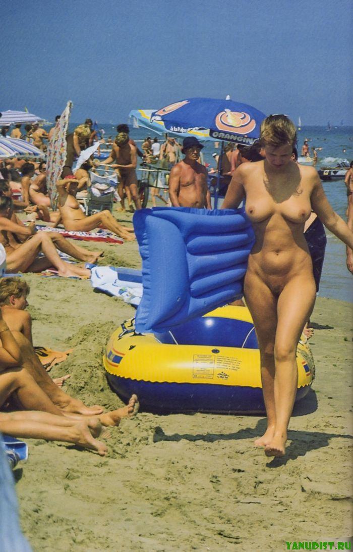 Голые девочки выбирают лучшие места на пляже