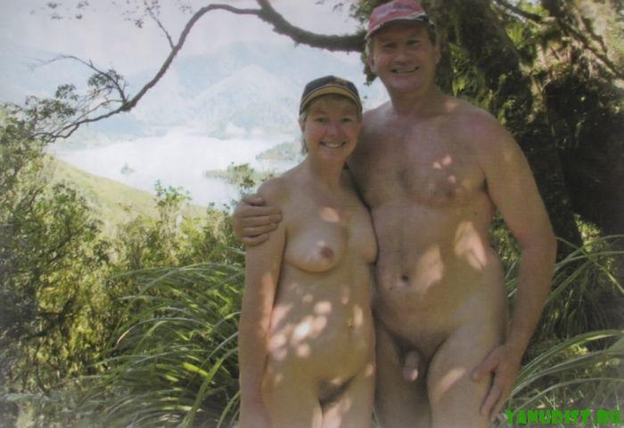 Фото для семейного архива пары нудистов