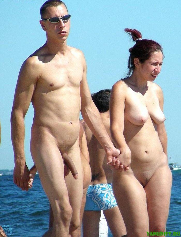 Нудистский пляж переполнен романтикой
