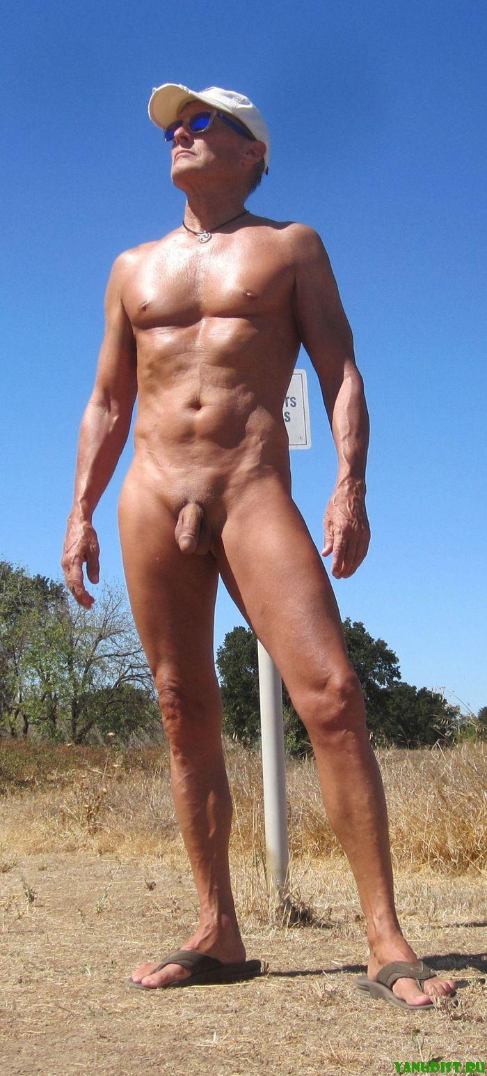 Загорелые красивые мужские тела на пляже